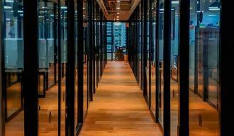 un couloir d'une entreprise