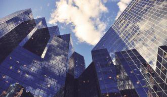 photo en contre plongée de grattes ciels vitrés