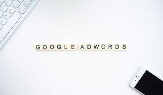 """""""google adwords"""" écrit en lettre de scrabble sur fond blanc"""