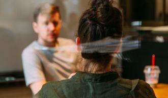 un homme et une femme discutant autour d'une table