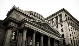 photo en noir et blanc d'un bâtiment à colonnes