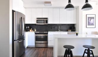une cuisine modulable noire et blanche