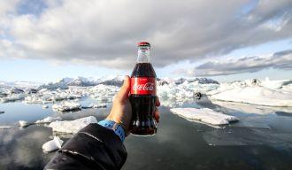 Bouteille de Coca-Cola tenue en main, illustration d'une marque tridimensionnelle