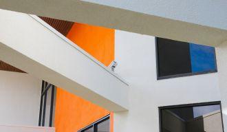 Bâtiment blanc et orange, d'une architecture moderne