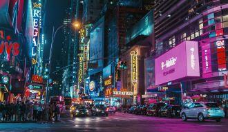 Rue remplie de panneaux numériques publicitaires