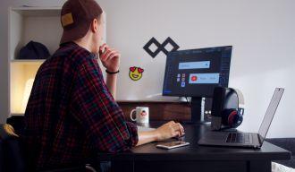Homme travaillant sur son ordinateur au développement d'une identité de marque