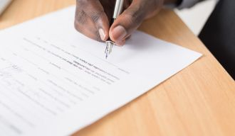 une personne signant un contrat