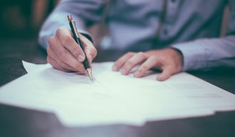 un homme signant des documents