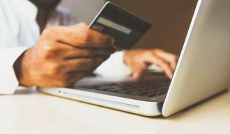 Un homme réalisant des achats sur Internet