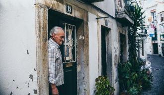 Homme se tenant sur le pas de porte