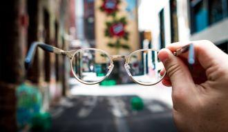 Photo prise au travers de carreaux de lunettes