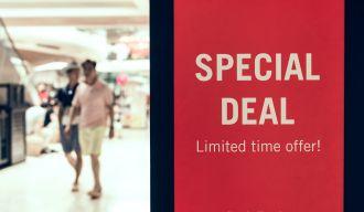"""Magasin avec un panneau promotionnel intitulé """"special deal"""""""