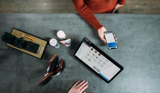 Une tablette et un téléphone sur une table