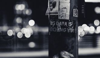 "poteau sur lequel il est écrit ""big data is watching you"""