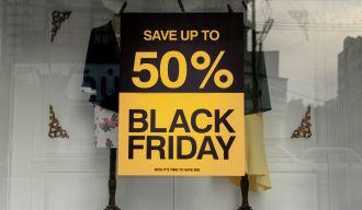 vitrine avec une affiche de soldes liées au black friday