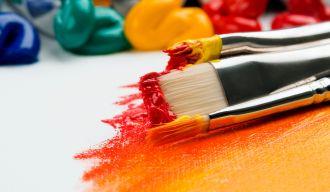 des pinceaux couverts de peinture sur une toile