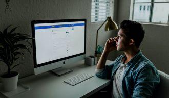 un homme consultant les revenus de son site internet sur son ordinateur