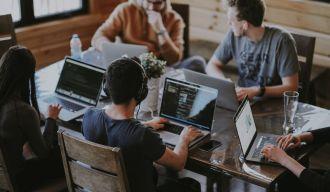 une équipe de développeurs travaillant ensemble