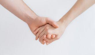 deux personnes qui se tiennent les mains