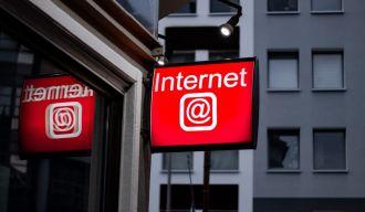 """enseigne rouge sur laquelle il est écrit """"internet @"""""""