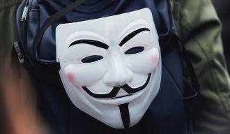 un sac sur lequel est accroché un masque d'anonymous