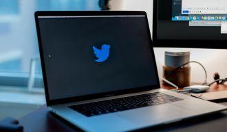 un pc portable avec le logo de Twitter affiché à l'écran