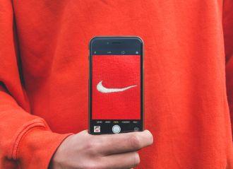 Pull mettant en avant le logo Nike, illustration d'une marque verbale