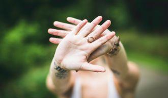 une femme tendant les mains en signe de protection