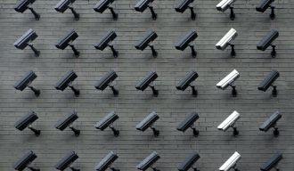 des rangées de caméras accrochées à un mur