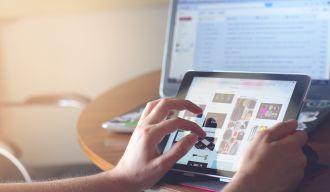 une personne navigant sur Internet sur sa tablette