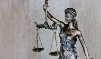 statue d'une femme aux yeux bandés, avec une balance et une épée, symbolisant la Justice