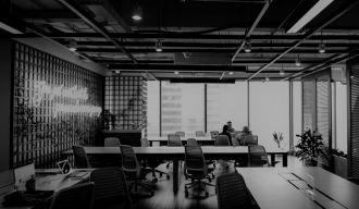 photo en noir et blanc d'une salle de réunion