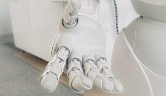 une main d'un robot blanc